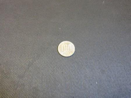 黒い背景の上に載せた100円玉