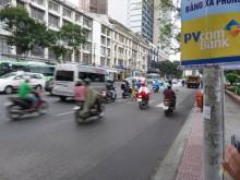 ベトナムではこんな感じで横断歩道を渡ります